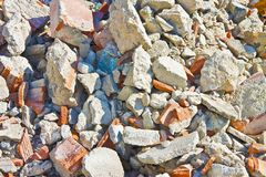 在建造场所的混凝土和砖瓦砾残骸在de以后 图库摄影