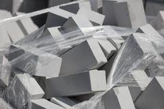 在建造场所的白色砖作为建筑材料 免版税库存图片