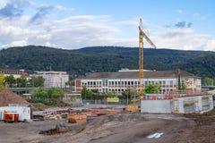 在建造场所的看法有老邮局大厦的在背景中 海得尔堡,德国- 2017年10月3日 免版税库存照片