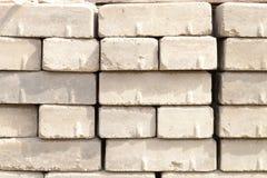 在建造场所的被堆积的硅酸盐砖 免版税库存图片