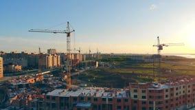在建造场所的许多起重机 多层的大厦的建筑 通风 影视素材