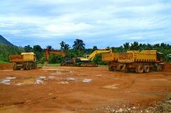 在建造场所的重型卡车 免版税库存照片