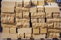 在建造场所的黄色砖作为建筑材料 免版税库存照片