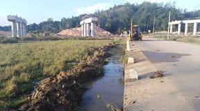 在建造场所附近的水运河 免版税库存照片