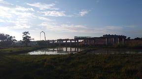 在建造场所附近的蓝天 库存图片