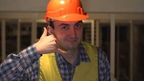 在建造场所,工作者或工程师或者建筑师做告诉我标志 股票录像