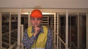 在建造场所,工作者或工程师或者建筑师做沈默姿态 股票录像