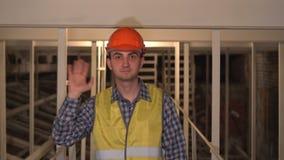 在建造场所,工作者或工程师或者建筑师向致敬,招呼,摇手 股票视频