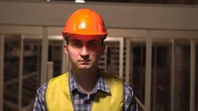 在建造场所,工作者或工程师或者建筑师看照相机 股票视频