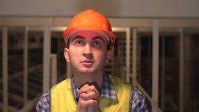 在建造场所,工作者或工程师或者建筑师祈祷 影视素材