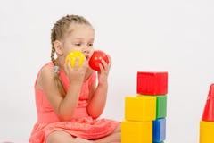在开发一套被使用的孩子投入两个球对面颊 库存照片