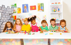 在开发的类戏剧的孩子与彩色塑泥 免版税库存图片