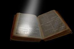 在开放圣经的聚光灯 免版税库存图片