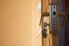 在开放家庭木门的安全锁机制 图库摄影