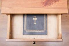 在开放抽屉的圣经书 库存图片
