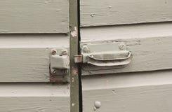 在开放木的门的老锁 免版税库存照片