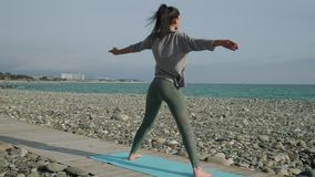 在开放海滩岸的瑜伽实践 影视素材