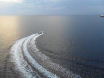 在开放海洋的小船 免版税库存图片