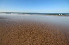 在开放海滩的波浪沙子 图库摄影