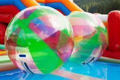 在开放游泳池的水球 免版税库存图片