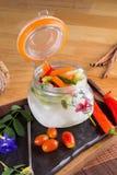 在开放瓶子的泡菜矛有三明治成份的 免版税库存照片