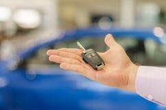 在开放男性一手宽的现代汽车钥匙 免版税库存图片