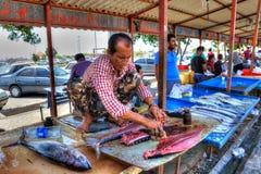在开放的市场上的商人金枪鱼,阿巴斯港,伊朗 免版税库存图片