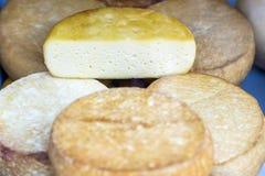 在开放的市场上的国内乳酪 库存图片