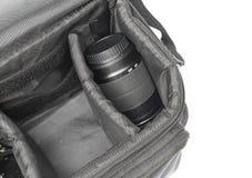 在开放的黑照相机袋子,有摄象机镜头白色背景 免版税库存照片