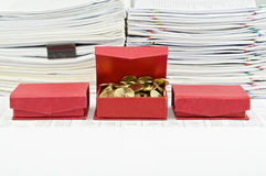 在开放红色箱子的金币在财务帐户安排 库存照片