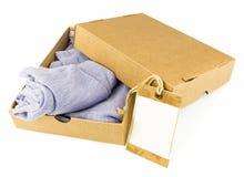 在开放纸盒的衣裳 免版税库存图片