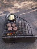 在开放营火的厨师罐 免版税库存照片