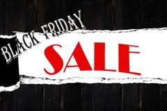 在开放被剥去的纸,黑木板条backgr的黑星期五销售 免版税库存照片