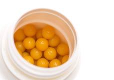 在开放配件箱的黄色药片 免版税库存图片