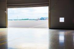 在开放飞机棚门的明亮的光 免版税图库摄影