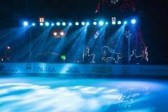 在开放滑冰场的照明设备舷梯和圣诞树在城市Py 图库摄影
