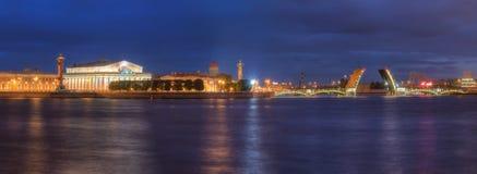 在开放Birzhevoy桥梁和老联交所的夜视图 库存照片