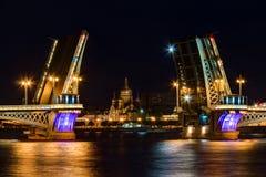 在开放Blagoveshchenskiy桥梁和假定教会的夜视图 库存照片