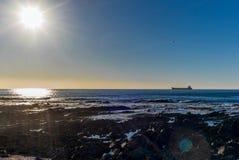 在开普敦前面的一只货船日落的 免版税库存图片