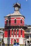 在开普敦江边黄昏的钟楼 免版税库存图片
