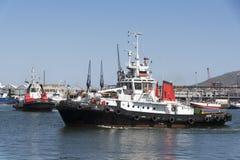 在开普敦港口的行驶远洋的猛拉 非洲著名kanonkop山临近美丽如画的南春天葡萄园 免版税库存照片