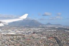 在开普敦的看法乘有大桌山的飞机,信号小山和狮子朝向,南非 免版税库存图片