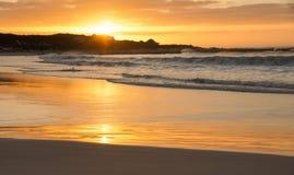 在开普敦附近的海滩日落 免版税库存图片