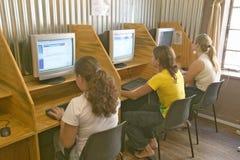 在开普敦,南非沟通与在互联网上的朋友的大学生 库存图片