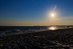 在开普梅新泽西的海滩日落有剪影的 免版税图库摄影