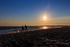 在开普梅新泽西的海滩日落有剪影的 免版税库存图片