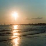 在开普梅海滩的太阳设置 免版税库存图片