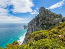在开普角的风景看法有灯塔、海洋和剧烈的天空的,开普敦,南非 免版税库存照片