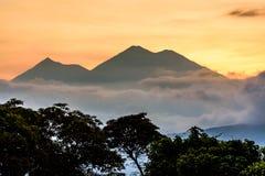 在开火火山&阿卡特南戈火山火山后的日落 免版税库存图片