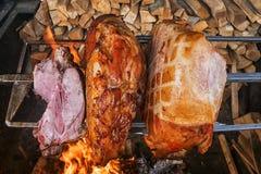 在开火烤的猪肉火腿 图库摄影